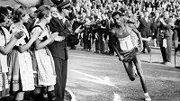 Etiopan Abebe Bikila byl současníkem a rivalem Buddyho Edelena. (zde košický maratón 1961)