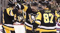 Dominik Simon (uprostřed) slaví se spoluhráči z Pittsburghu Danielem Sprongem a Sidneym Crosbym premiérový gól v NHL.