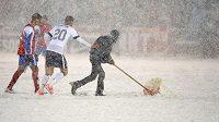 Obránce USA Geoff Cameron (20) pomáhá s odklízením sněhu v kvalifikačním utkání proti Kostarice o postup na MS.