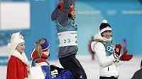 Veronika Vítková (vpravo) sleduje radost vítězky Laury Dahlmeierové.