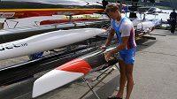 Kajakář Radek Šlouf připravuje svoji loď během mistrovství světa v Miláně.
