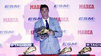 Cristiano Ronaldo pózuje se Zlatou kopačkou.