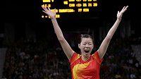 Čínská badmintonistka Li Süe-žuej oslavuje olympijský triumf ve dvouhře.