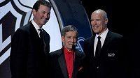 Ted Lindsay (uprostřed) s dalšími legendami Mariem Lemieuxem (vlevo) a Markem Messierem při předloňském vyhlášení cen NHL v Las Vegas.