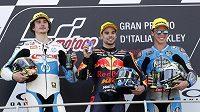 Zleva Ital Lorenzo Baldassarri, Portugalec Miguel Oliveira a Španěl Joan Mir po závodě Moto2 v rámci GP Itálie v Mugellu.