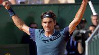 Švýcar Roger Federer se raduje z postupu do finále turnaje v Monte Carlu přes Novaka Djokoviče ze Srbska.