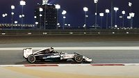 Pilot Mercedes Nico Rosberg při kvalifikaci na GP Bahrajnu.