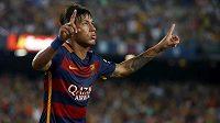 Brazilec Neymar slaví gól do sítě AS Řím v přátelském zápase před sezónou.