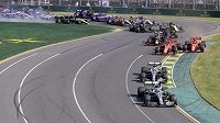 Valtteri Bottas na čele závodu před kolegou Lewisem Hamiltonem.