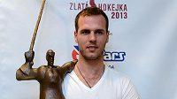 Hokejový útočník David Krejčí s trofejí Zlatá hokejka