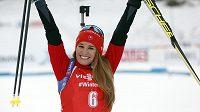Slovenská biatlonistka Paulina Fialková se raduje ze třetího místa ve stíhačce v Pokljuce.
