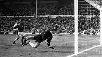 Památný moment kariéry Hanse Tilkowského. Angličan Geoff Hurst (není na snímku) střílí v prodloužení ve finále MS 1966 ve Wembley sporný gól na 3:2 německý brankář už zasáhnout nestačil.