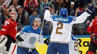 Obránce Kazachstánu Roman Savčenko (zády) se raduje se spoluhráčem Nikitou Ivanovem z gólu proti Švýcarsku.