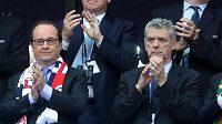 Dočasný prezident UEFA President Ángel María Villar (vpravo) a francouzský prezident Francois Hollande.