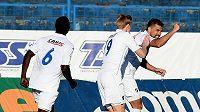 Milan Baroš přijímá gratulace od Michala Frydrycha po vstřelené brance do sítě slovenské Myjavy.