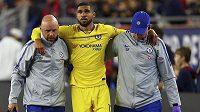 Zraněný Ruben Loftus-Cheek opouští hřiště za doprovodu lékaře a kustoda Chelsea.