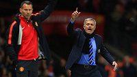 Manažer Chelsea José Mourinho (vpravo) gestikuluje po vyloučení obránce Ivanoviče v nedělním šlágru 9. kola Premier League na Old Trafford.