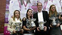Český fedcupový tým (zleva) Květa Peschkeová, Lucie Hradecká, nehrající kapitán Petr Pála, Petra Kvitová a Lucie Šafářová pózuje s replikami trofejí pro šampióny týmové soutěže.
