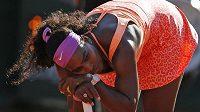 Hurá, vyhrála jsem! Američanka Serena Williamsová byla po posledním míčku tak vyčerpaná, že jí na oslavu chyběla energie.