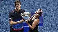 Vítězové mixu na US Open Jamie Murray a Bethanie Matteková-Sandsová pózují s trofejí.
