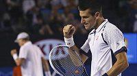 Vítězné gesto Novaka Djokoviče. V pozadí český tenista Tomáš Berdych.