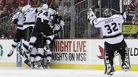 Hokejisté Los Angeles se radují z vítězného gólu ve druhém finále proti New Jersey.