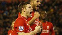 Liverpoolský James Milner (vpředu) slaví svůj gól z penalty.