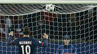 Proti střele Zlatana Ibrahimovice byl brankář Olympiakosu Roberto bezmocný.