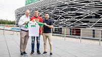 Marek Suchý si za asistentce sportovního ředitele Augsburgu Stefana Reutera a Viktora Koláře z agentury Sport Invest zapózoval s dresem Augsburgu přímo na stadionu.