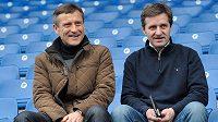 Nová trenérská dvojice Jiří Kotrba (vlevo) a Josef Csaplár pózuje na tribuně libereckého stadiónu.