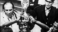 Zlatá niké už s novým podstavcem, který třímal v roce 1970 na MS v Mexiku slavný Brazilec Pelé.