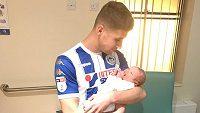 Ryan Colclough s narozeným synem.