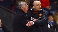 Sir Alex Ferguson a jeho asistent v Manchesteru United Mike Phelan (vpravo).