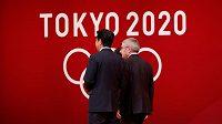 Japonský premiér Šinzó Abe (vlevo) a předseda MOV Thomas Bach.