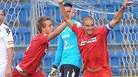 Luděk Pernica (vlevo) a Petr Švancara z Brna se radují z jediné branky v zápase proti Slovácku.