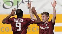 Jakub Brabec a Léonard Kweuke ze Sparty se radují z gólu.