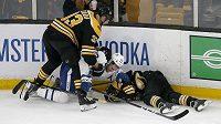 Bostonský bek Zdeno Chára uklidňuje Nazema Kadriho z Toronta po ataku na Jakea DeBruska.