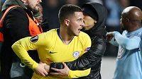 Vyděšený Eden Hazard se snaží zbavit fanouška, který vběhl na hřiště po závěrečném hvizdu utkání Evropské ligy mezi Malmö a Chelsea.