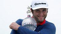 Španělský golfista Jon Rahm s trofejí pro vítěze Irish Open.