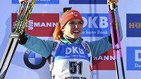 Gabriela Koukalová se raduje z druhého místa ve vytrvalostním závodě na MS.