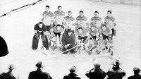 Slavná hokejová parta při MS na pražské Štvanici v roce 1947. O rok později celé Československo zasáhla letecká tragédie, při níž zahynulo šest hrdinů na bruslích.