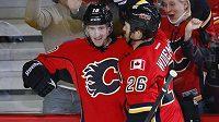 Útočník Calgary Flames Roman Červenka se raduje se spoluhráčem Dennisem Widemanem ze vstřelení prvního gólu proti St. Louis Blues.