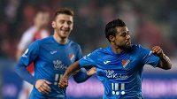Carlos Azevedo z Baníku oslavuje gól na hřišti Slavie.