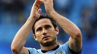 Záložník Manchesteru City Frank Lampard zdraví fanoušky po zápase proti Chelsea.