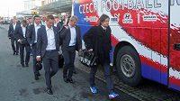 Fotbaloví reprezentanti se přesunuli z olomouckého vlakového nádraží do připraveného autobusu.