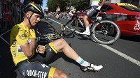Lídr Tour de France Tony Martin po ošklivém pádu před cílem šesté etapy.