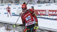 Biatlonista Ondřej Moravec se raduje - štafetu dovedl ke třetímu místu.
