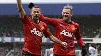Ryan Giggs (vlevo) slaví se spoluhráčem z Manchesteru United Waynem Rooneym gól do sítě Queens Parku Rangers.