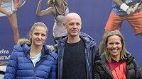 Kapitán fedcupového týmu Petr Pála (uprostřed) se svými svěřenkyněmi Karolínou Plíškovou (vlevo) a Lucií Hradeckou.
