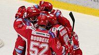 Radost hokejistů Třince z branky v utkání s Litvínovem.